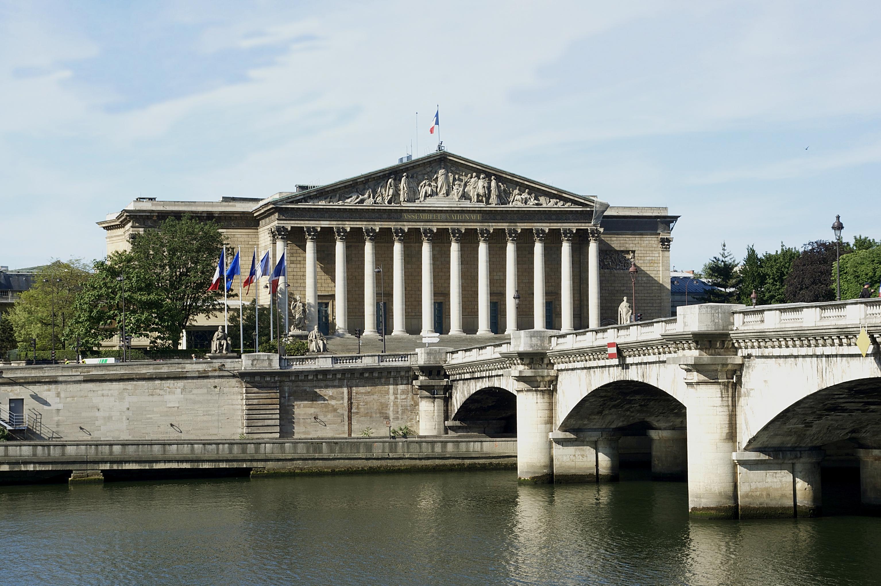 Palais Bourbon vu depuis la place de la Concorde, crédit: Wkipedia